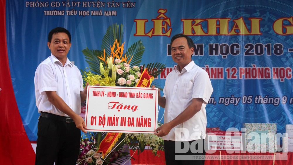 Gần 800 cán bộ, giáo viên, học sinh Trường Tiểu học Nhã Nam tưng bừng đón năm học mới
