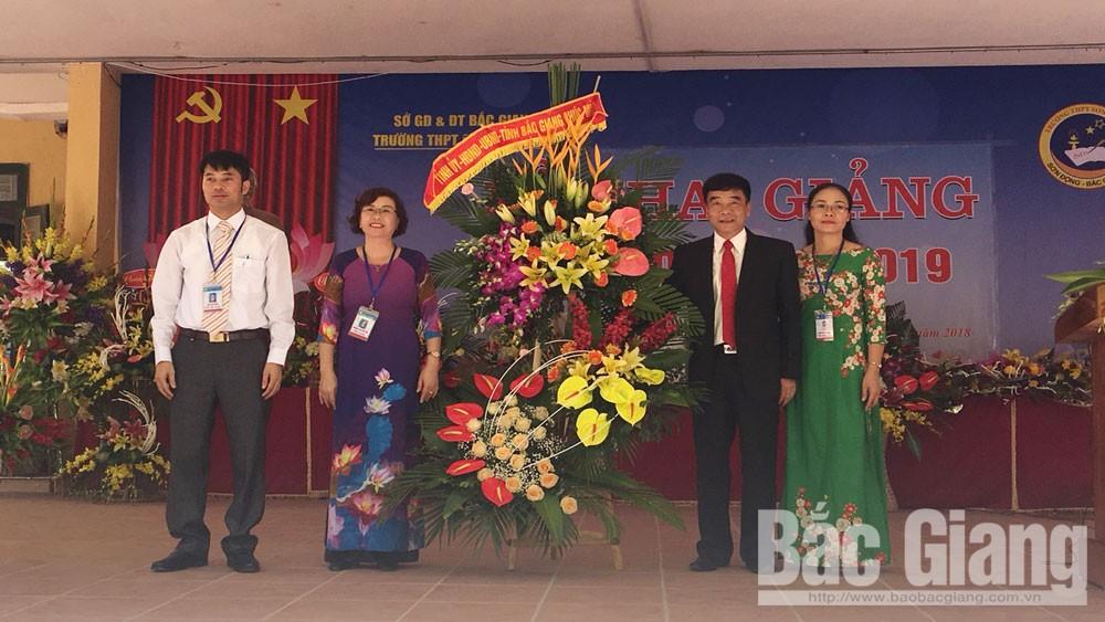 Đồng chí Đỗ Đức Hà dự khai giảng tại trường THPT Sơn Động 1