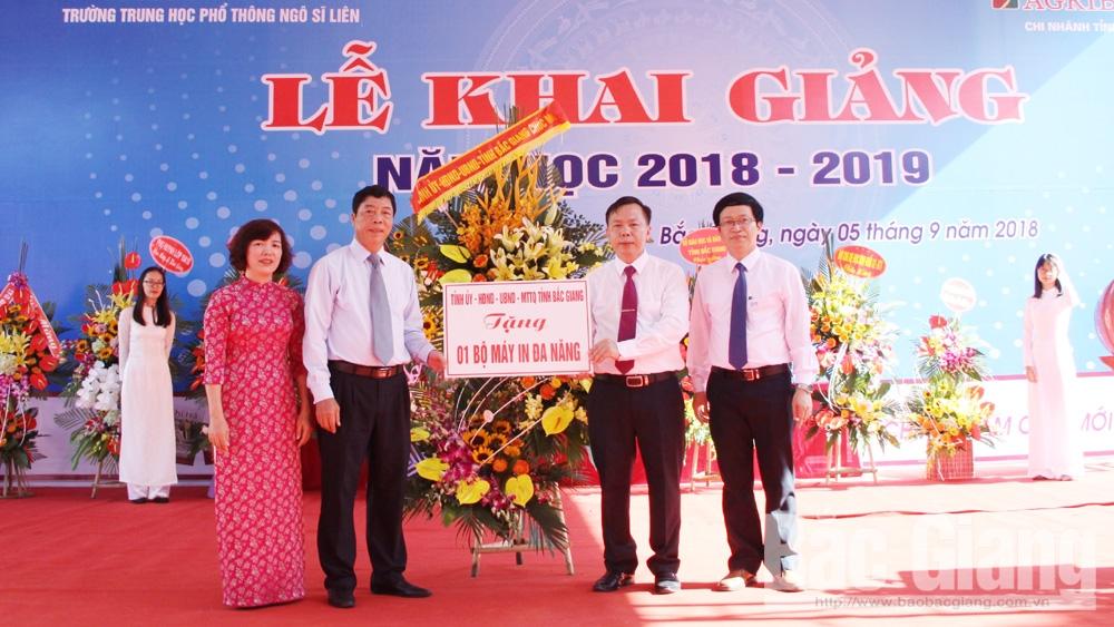 Đồng chí Bùi Văn Hải tặng Trường THPT Ngô Sĩ Liên 1 bộ máy in đa năng. Ảnh: Đinh Hương