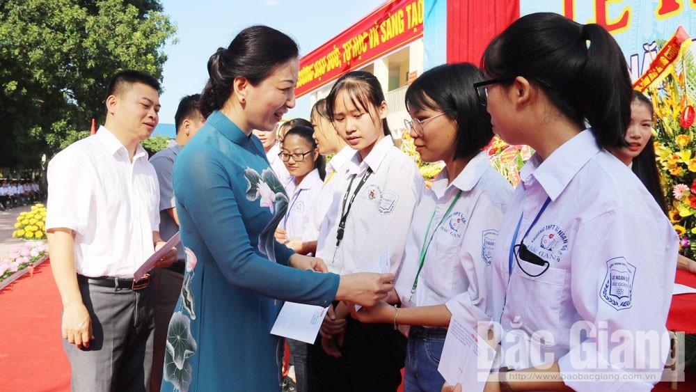 Đồng chí Lê Thị Thu Hồng, Chủ nhiệm Ủy ban Kiểm tra Tỉnh ủy dự lễ khai giảng tại huyện Lục Ngạn