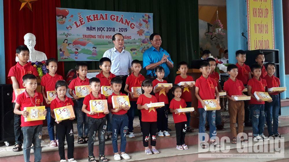 Liên đoàn Lao động tỉnh Bắc Giang tặng 3 nghìn cuốn vở cho học sinh