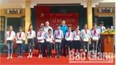 Tặng quà cho học sinh xã Sơn Hải