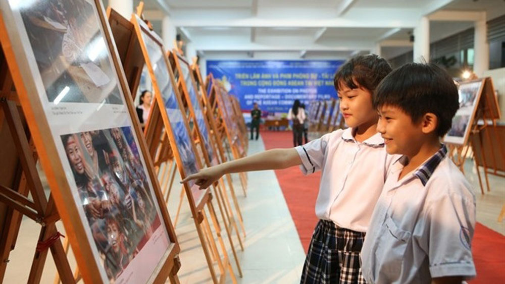 Cao Bang province, ASEAN exhibition, Photo and Documentary Exhibition, international photo exhibition, ASEAN countries, traditional culture, environmental protection work, three-day event,  mutual understanding