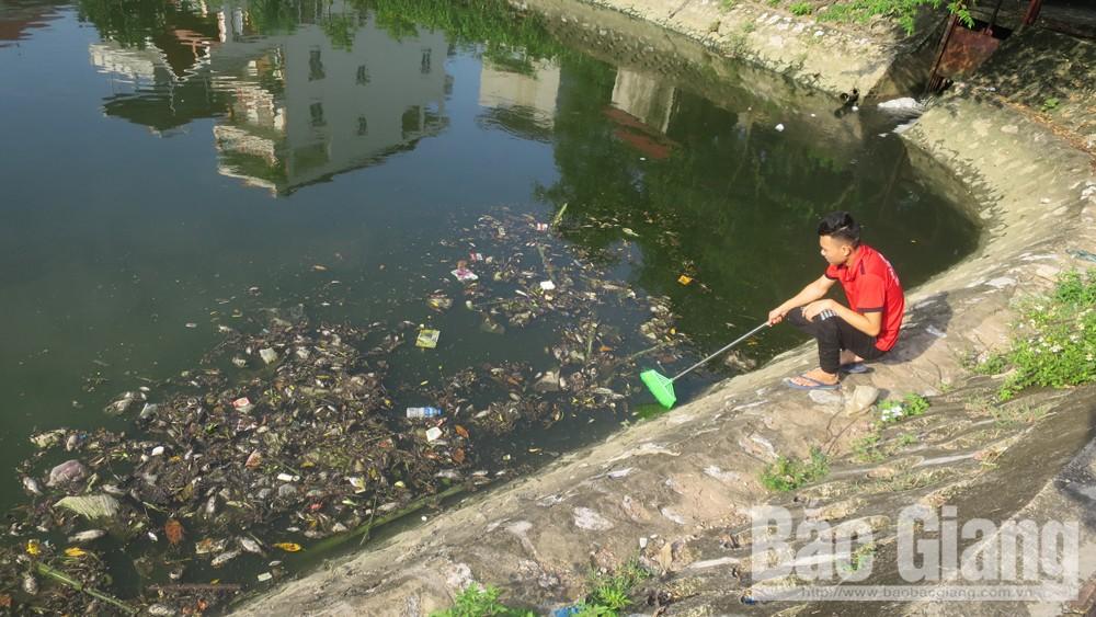 TP Bắc Giang tiếp tục xử lý tình trạng rác thải, cá chết tại hồ Đầm Sen