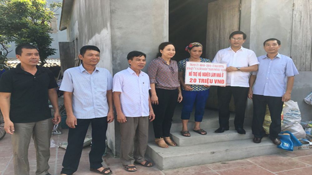 Thành phố Bắc Giang trao tiền hỗ trợ hộ nghèo làm nhà ở