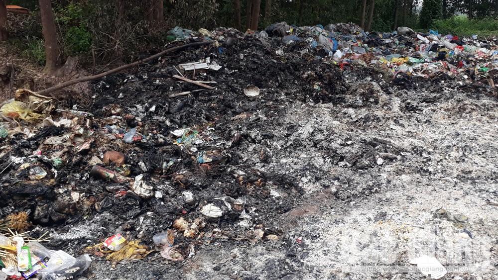 Phát hiện cá nhân đổ trộm chất thải công nghiệp tại bãi rác xã Tân Dĩnh