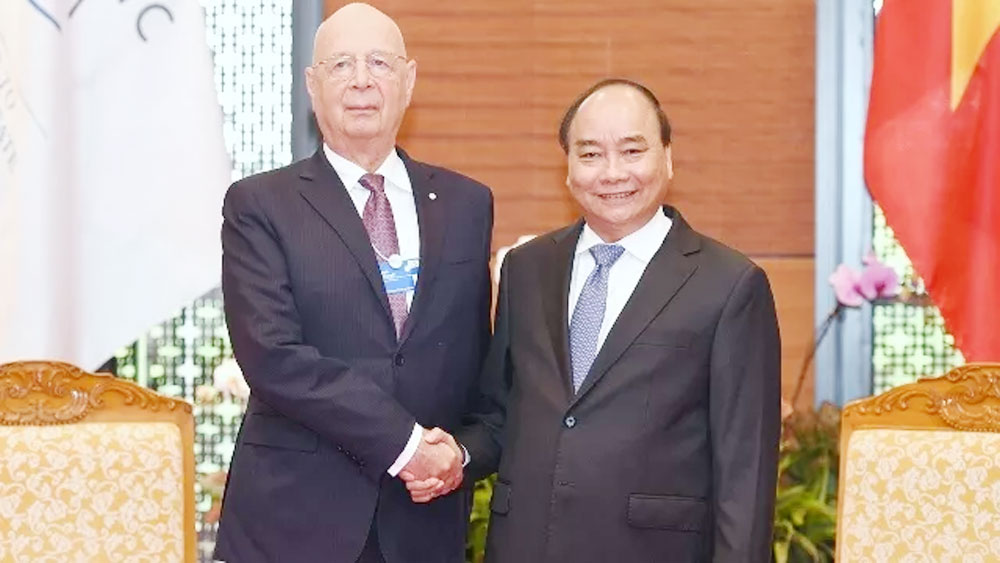 PM Phuc receives WEF Executive Chairman