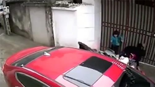 Mối nguy hiểm khi mở cửa xe ô tô không quan sát