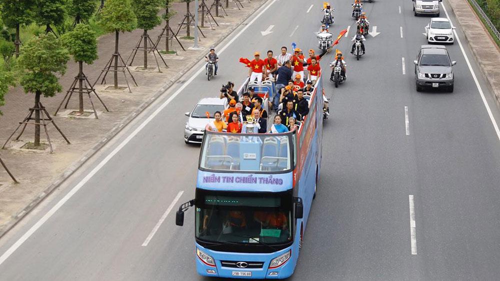 Cúp Ngoại hạng Anh diễu hành qua nhiều phố ở Hà Nội