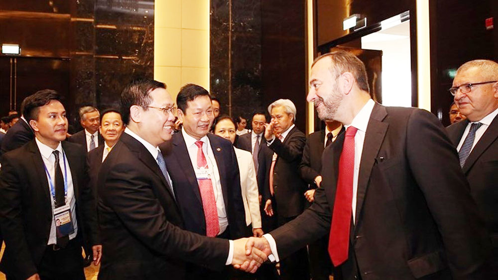 Deputy PM talks with over 50 business leaders
