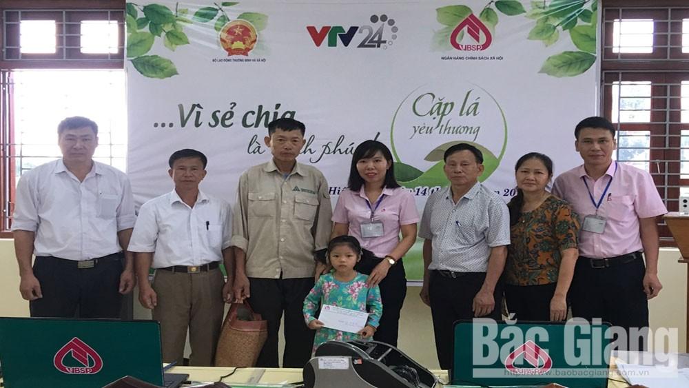 """Ngân hàng chính sách xã hội huyện Hiệp Hòa trao tiền hỗ trợ """"Cặp lá yêu thương"""""""