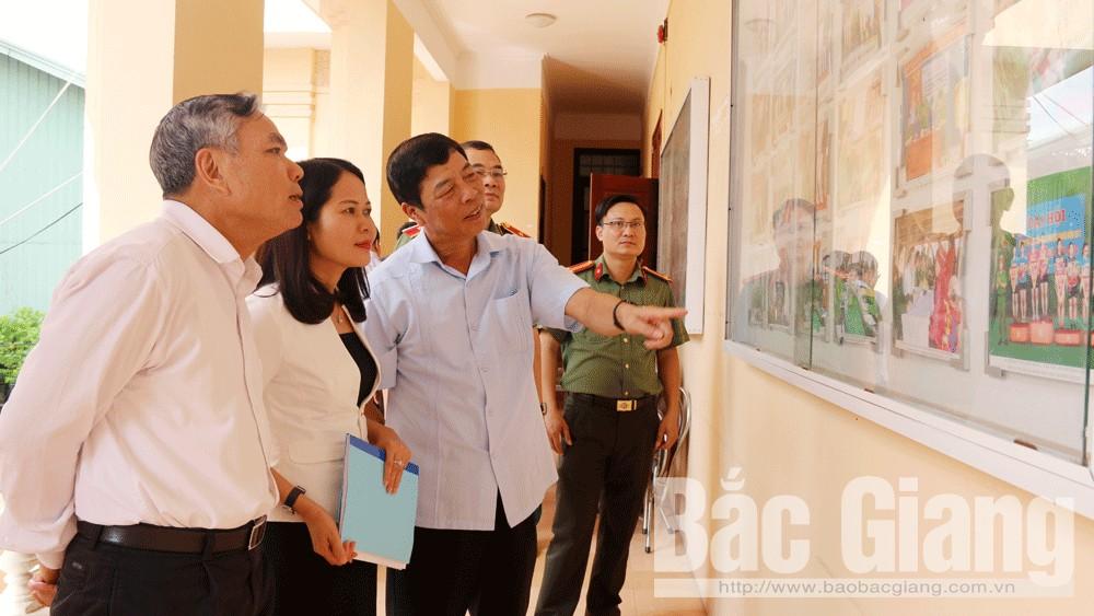 Các đại biểu thăm gian trưng bày hình ảnh hoạt động của lực lượng Công an tỉnh.