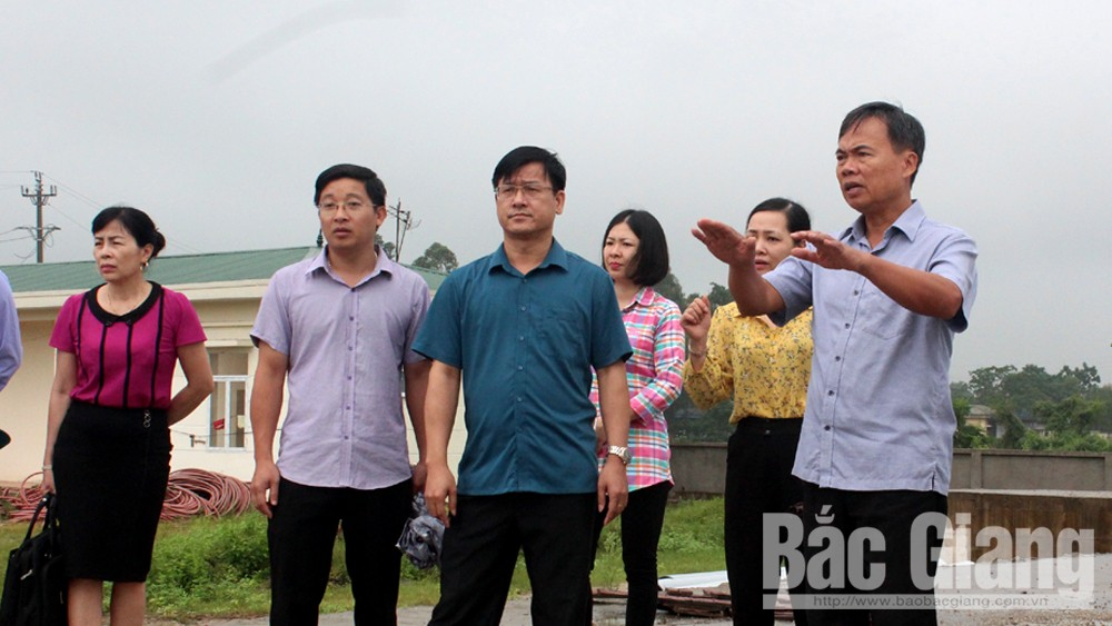 Đồng chí Bùi Văn Hạnh, Phó Chủ tịch Thường trực HĐND tỉnh khảo sát công trình xử lý nước thải tại xã Vân Hà.