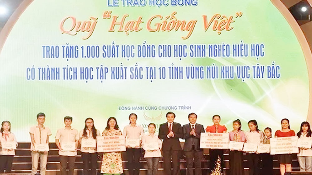 Disadvantaged students in the North supported by Nhan Dan's Vietnamese Seeds Fund