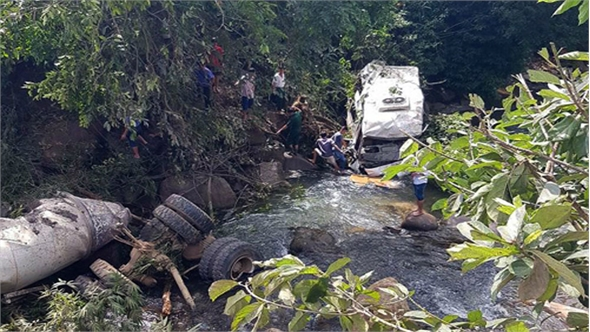 Tài xế sai kỹ thuật khi xuống dốc khiến 13 người chết ở Lai Châu