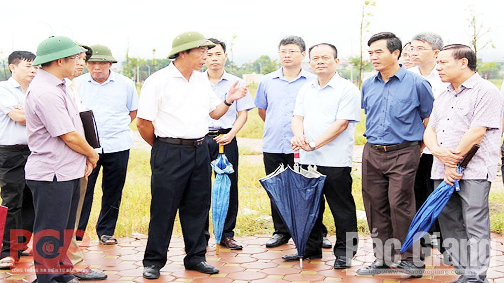 Secretary of the provincial Party Committee Bui Van Hai checks on progress of key projects