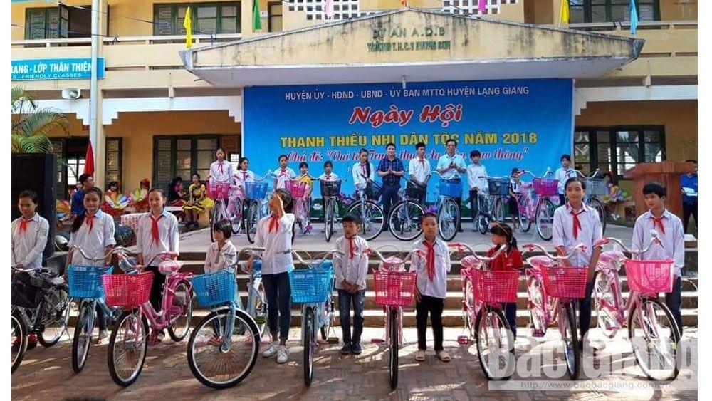 Tặng xe đạp cho học sinh nghèo nhân dịp Tết Trung thu