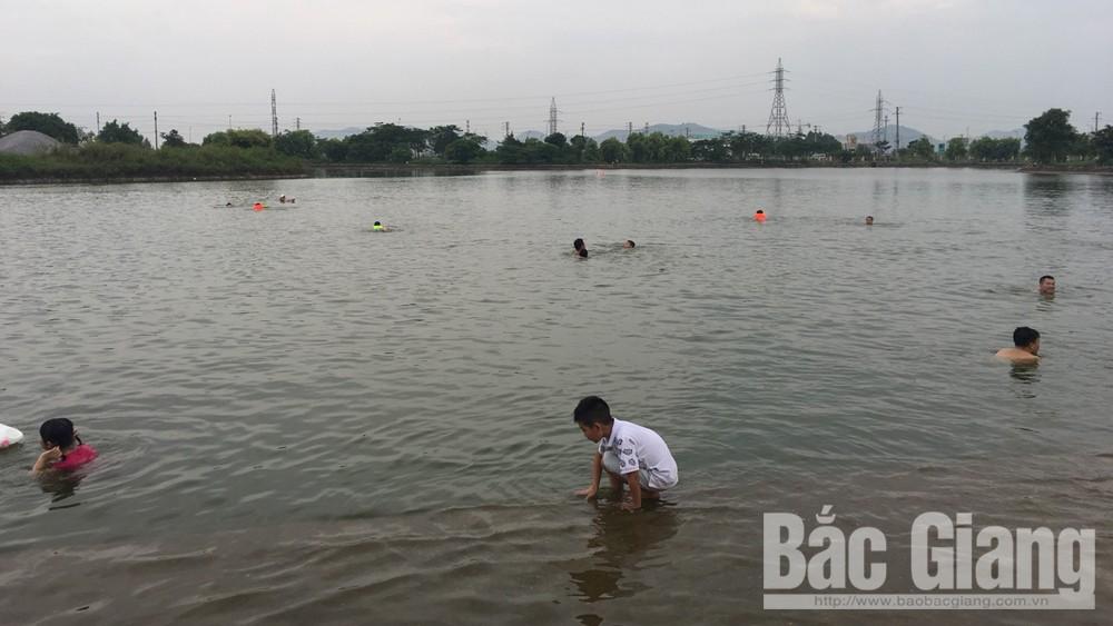 Tiềm ẩn nguy hiểm khi tắm hồ trong Công viên Hoàng Hoa Thám