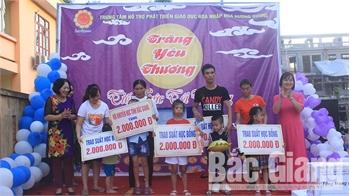 Tổ chức Tết Trung thu và trao học bổng cho học sinh nghèo