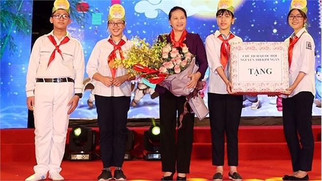 NA Chairwoman joins Hanoi children at Mid-autumn celebration
