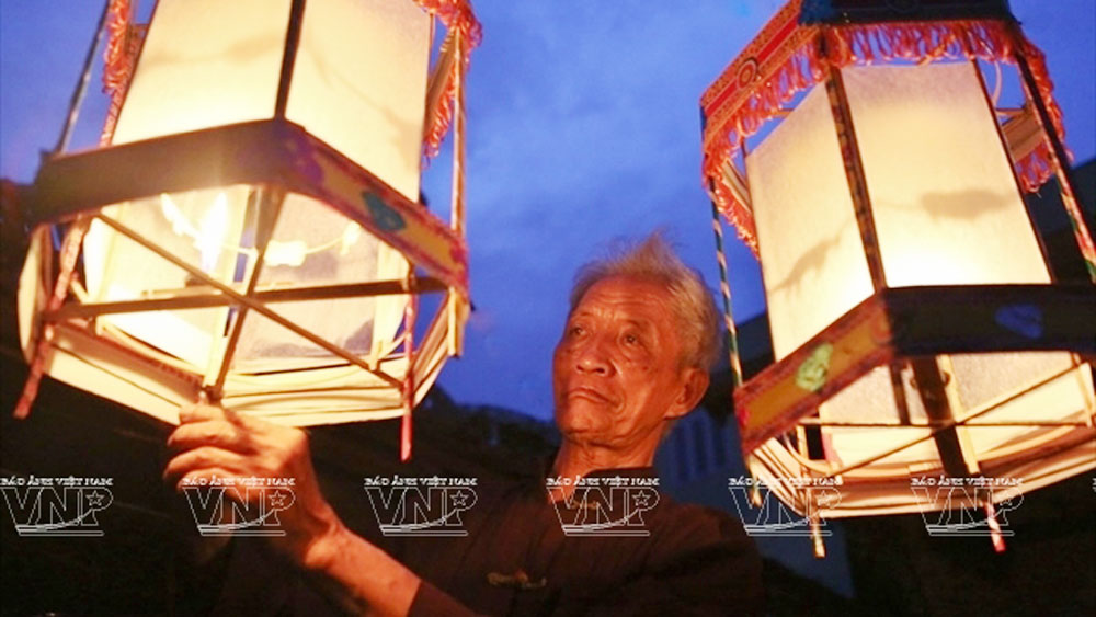 Age-old artisan, keo quan lanterns, Artisan Nguyen Van Quyen, last few artisans, traditional hand-made lantern, vivid rotating paper-cut figures, traditional craft