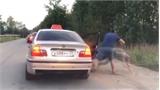 Nam thanh niên bị lôi ra khỏi taxi vì xả rác