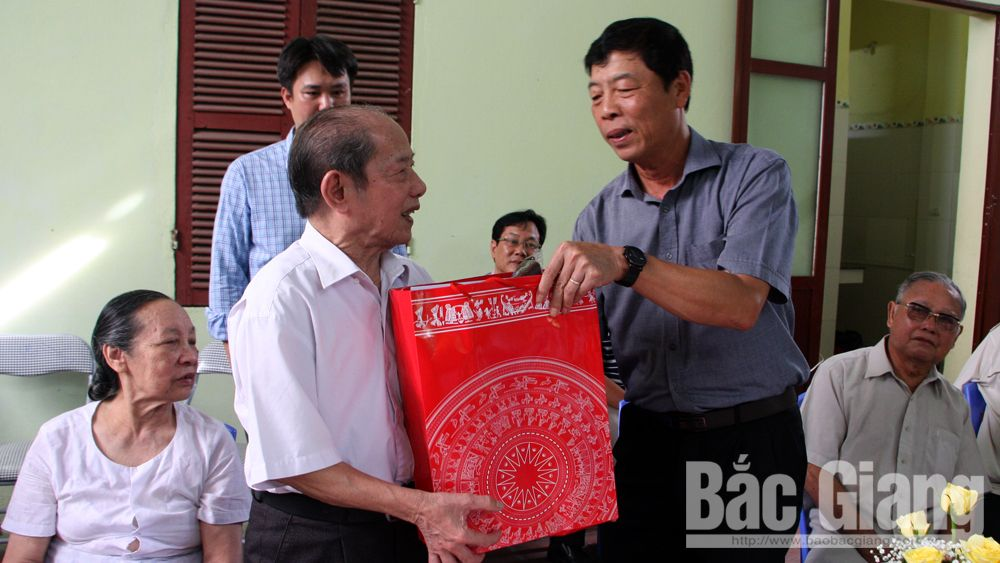 Secretary Bui Van Hai visits and presents gifts to outstanding older persons