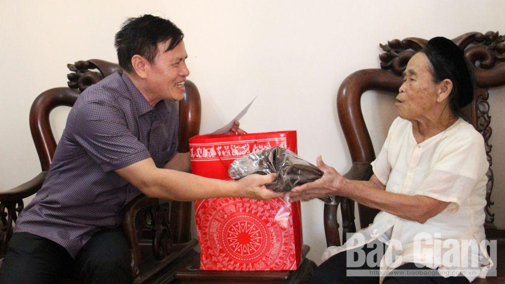 Tặng quà người cao tuổi tiêu biểu huyện Tân Yên, Việt Yên