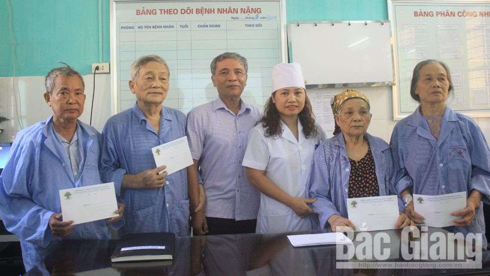 Good deed, older people, Bac Giang province, outstanding members, gift packages, disadvantaged older people, Geriatrics Department, meaningful activity