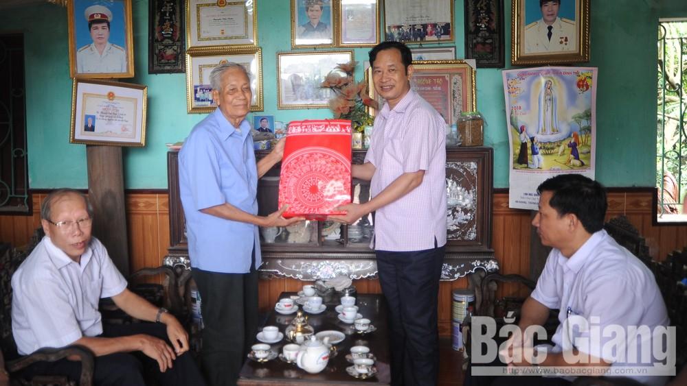 Tặng quà người cao tuổi tiêu biểu huyện Lạng Giang, Yên Thế