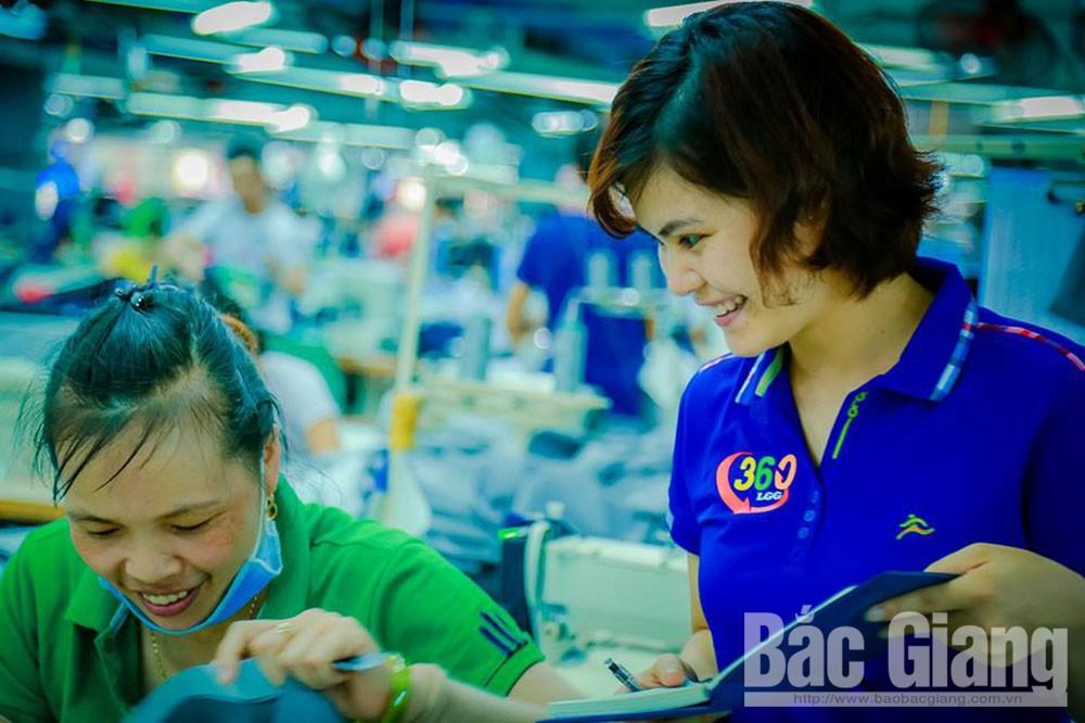 Thành viên Nhóm Truyền thông 360 phỏng vấn công nhân chuẩn bị cho chương  trình truyền thanh nội bộ.