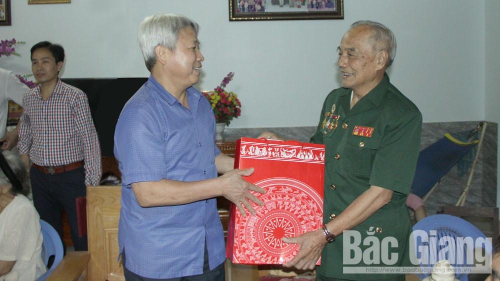 Phó Chủ tịch HĐND tỉnh Từ Minh Hải tặng quà người cao tuổi