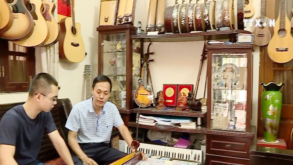 Artisan, student share passion for folk music