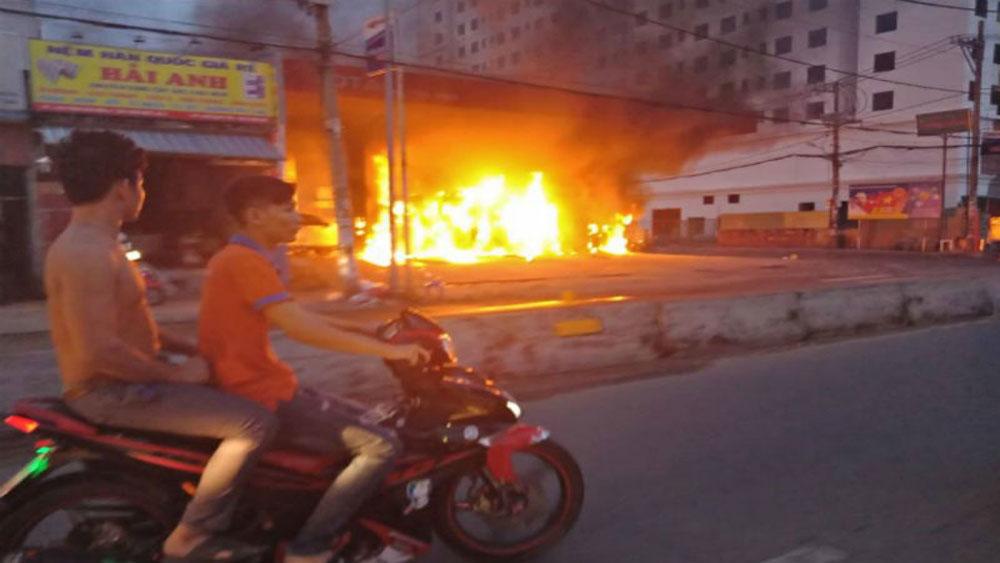 Cây xăng cháy dữ dội, nhiều người vứt xe tháo chạy