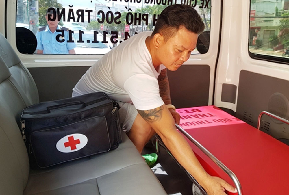 Vietnamese businessman, ambulance driver, the poor, motorbike taxis, Nguyen Thanh Hoa, free ambulance service, difficult circumstances
