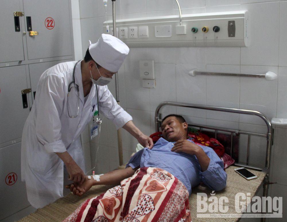 Bác sĩ điều trị cho bệnh nhân bị ong đốt tại Bệnh viện Đa khoa tỉnh Bắc Giang.