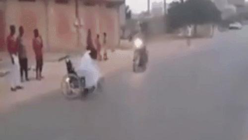 Người đàn ông ngồi xe lăn bỗng chạy nhanh như chớp