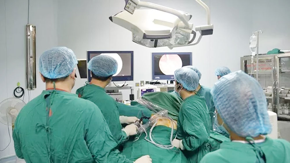 Vietnam, first successful surgery, one-hole, endoscopic thyroid surgery, surgical site, biggest advantage, conventional abdominal laparoscopy