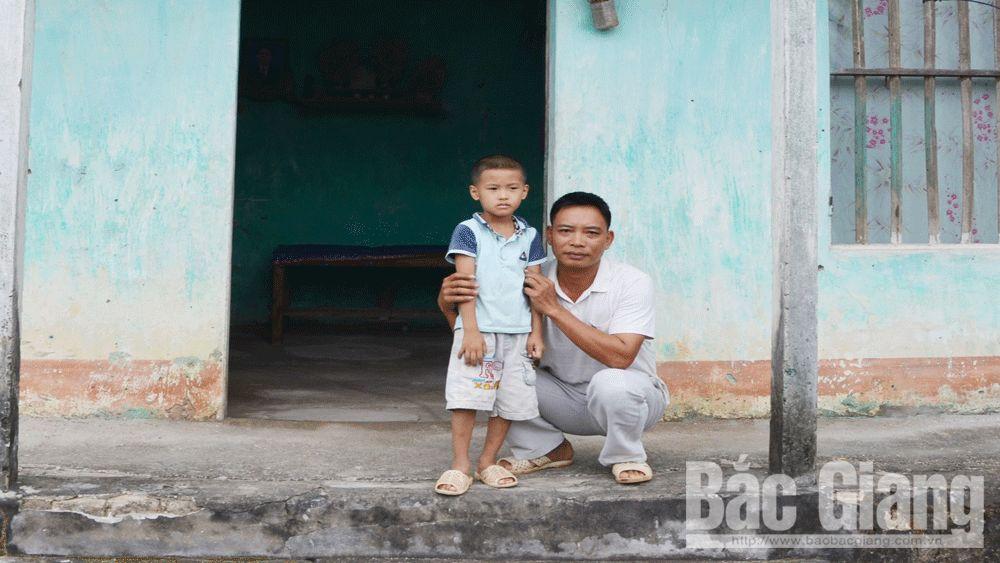 Anh Lý Văn Năm (SN 1983), ở thôn Trại 1, xã Phượng Sơn, huyện Lục Ngạn (Bắc Giang), nghèo, khó khăn