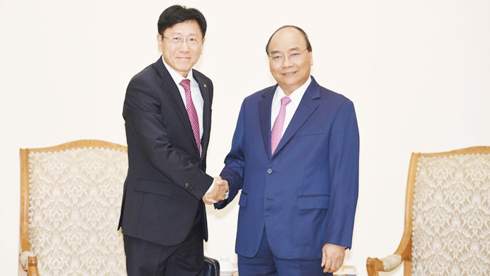 PM Nguyen Xuan Phuc, foreign investors, separate receptions, high technology, high economic growth rate, stable macro-economy, free trade agreements