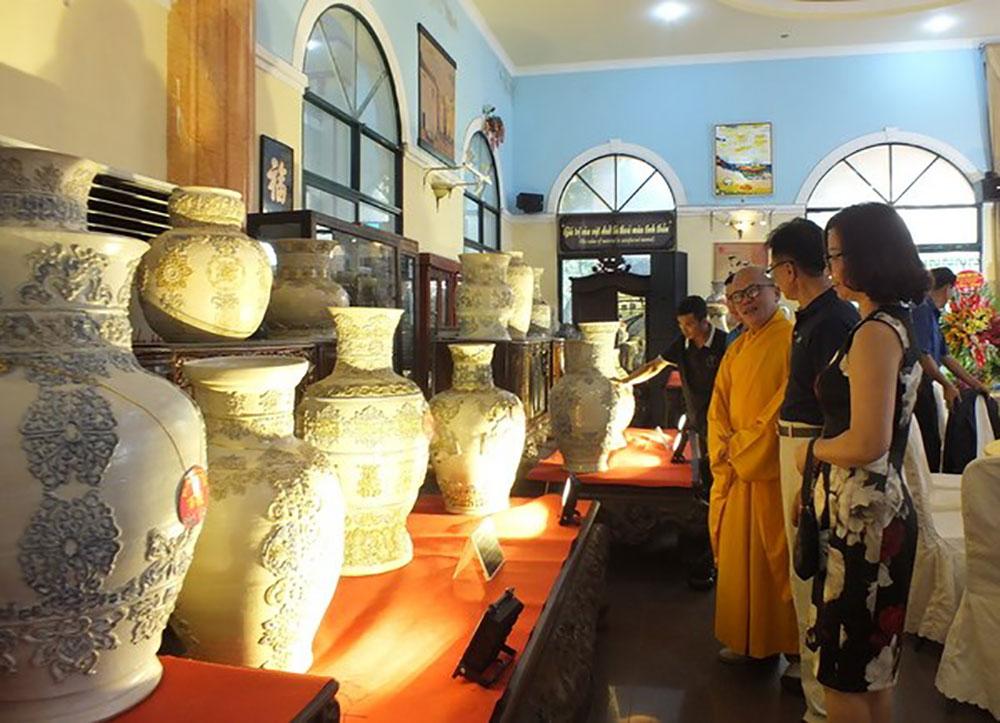 Kỷ lục Việt Nam, bộ Bách Bình bằng gốm, nhiều họa tiết, nghệ nhân Phạm Văn Tuyên