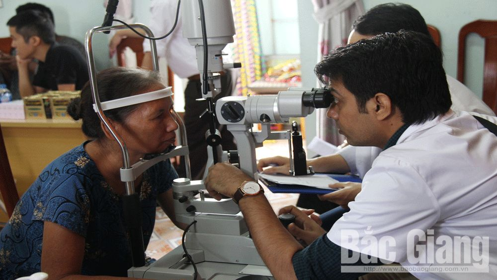 Khám mắt miễn phí cho hơn 100 người