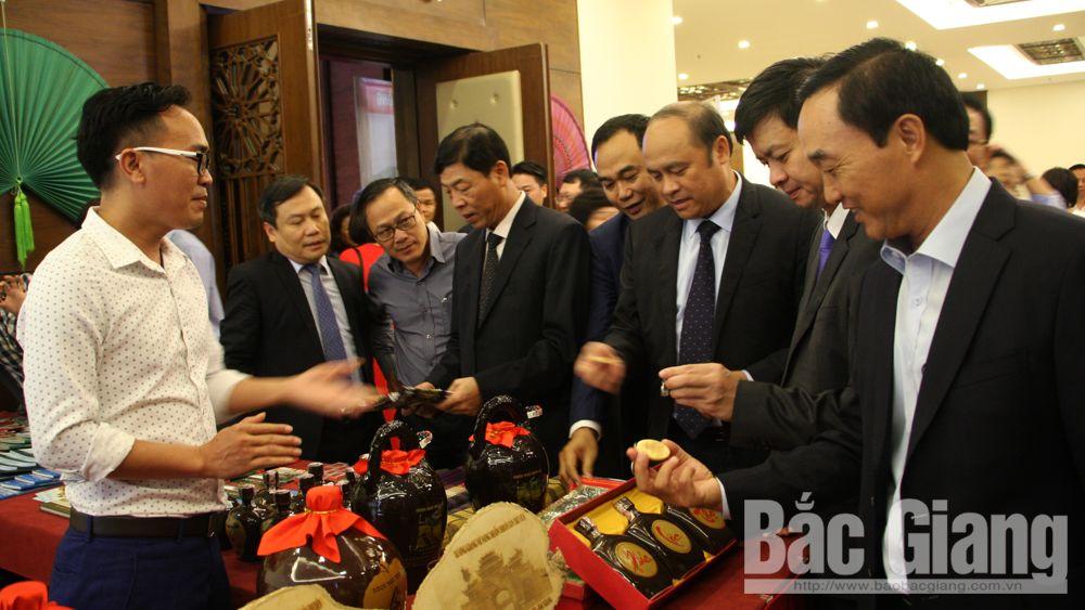 Các đại biểu thăm gian trưng bày sản phẩm du lịch.