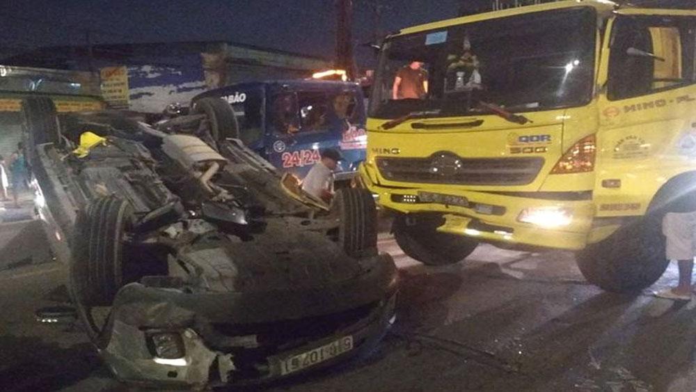 Ô tô 7 chỗ bị xe tải tông lật úp, 4 người la hét kêu cứu