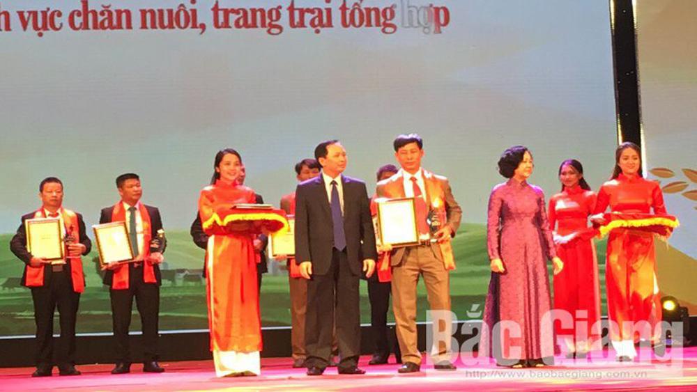 Anh Ngô Văn Ánh nhận Bằng khen tại lễ tôn vinh.