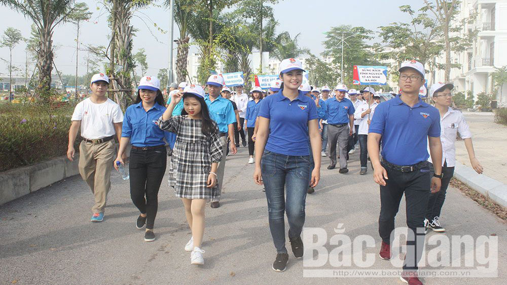 Miss Ngoc Han joins Bac Giang's youth in walking for the poor