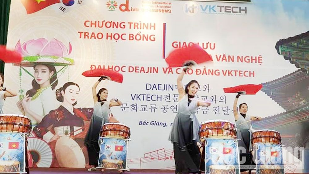 VK Tech, Vietnam – Korea, culture exchange, presents scholarship, poor students, Bac Giang province, Korean DeaJin University