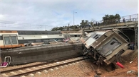 Tàu hỏa trật bánh, gần 100 người thương vong