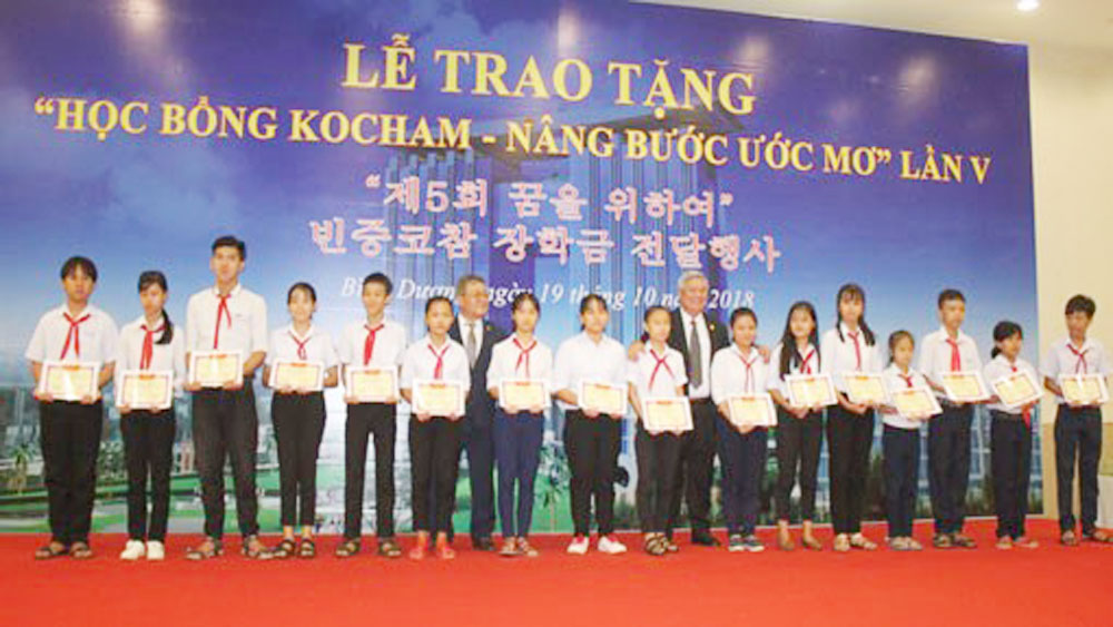 RoK firms present scholarships to poor students in Binh Duong