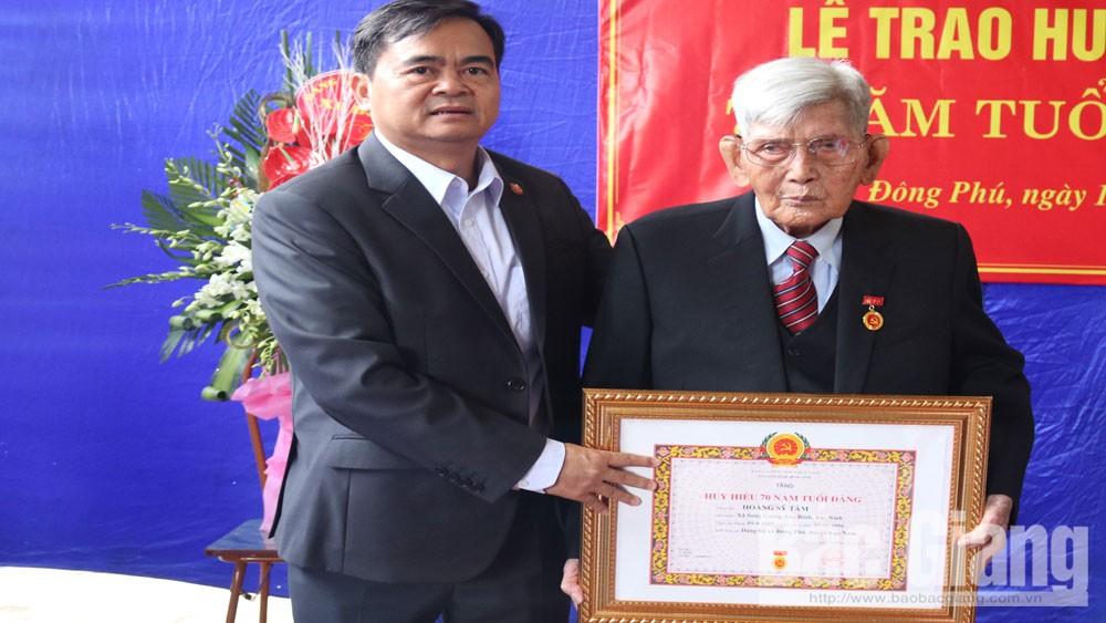 14 đảng viên được trao tặng huy hiệu 70 năm tuổi Đảng